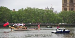 Spectacle pompeux de fleuve de jubilé de diamant de la Reine Elizabeth Image libre de droits