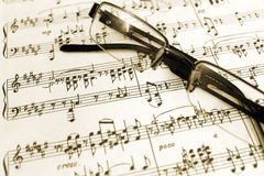Spectacles and piano sheet music script Royalty Free Stock Photos