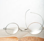 Spectacles vintage old books Royalty Free Stock Photos