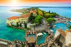 Spectaculair panorama van de toren Scaliger, Sirmione, Garda-meer, Italië royalty-vrije stock afbeelding