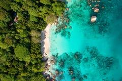 Spectaculair satellietbeeld van kustlijn en turkooise overzees, Seychell stock foto