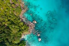 Spectaculair satellietbeeld van kustlijn en turkooise overzees, Seychellen in de Indische Oceaan Hoogste mening van hommel stock afbeeldingen