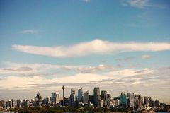 Spectaculair Sydney Skyline met Bewolkte Blauwe Hemel Royalty-vrije Stock Afbeeldingen