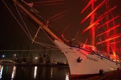 Spectaculair verlicht varend schip royalty-vrije stock fotografie