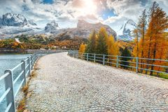 Spectaculaire bedekte weg en hoge sneeuwbergen, Dolomiet, Italië, Europa Royalty-vrije Stock Fotografie