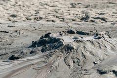 Spectaculaire die uitbarstingen van moddervulkanen door methaan in vulcaniinoroiosi dichtbij buzauprovincie Roemenië worden veroo Stock Foto's