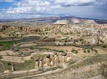 Spectaculaire horizonmening vanaf de bovenkant van Chavushin-kasteel Groep de rotsvorming van de feeschoorsteen bij de voorgrond royalty-vrije stock foto's