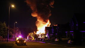 Spectaculaire huisbrand, verre van de scène stock footage