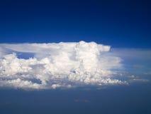 Spectaculaire luchtmening van vliegtuigvenster, mooie, unieke en schilderachtige witte wolken met diepe blauwe hemelachtergrond Stock Afbeelding