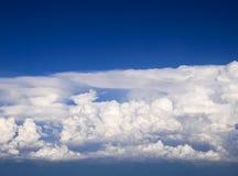 Spectaculaire luchtmening van vliegtuigvenster, mooie, unieke en schilderachtige witte wolken met diepe blauwe hemelachtergrond Stock Foto's