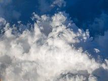 Spectaculaire luchtmening van vliegtuigvenster, mooie, unieke en schilderachtige witte wolken met diepe blauwe hemelachtergrond Royalty-vrije Stock Afbeeldingen