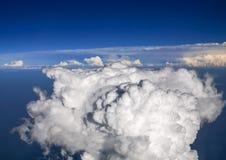 Spectaculaire luchtmening van vliegtuigvenster, mooie, unieke en schilderachtige witte wolken met diepe blauwe hemelachtergrond Stock Foto