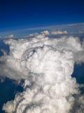 Spectaculaire luchtmening van vliegtuigvenster, mooie, unieke en schilderachtige witte wolken met diepe blauwe hemelachtergrond Royalty-vrije Stock Afbeelding