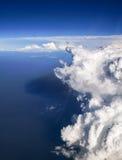 Spectaculaire luchtmening van vliegtuigvenster, mooie, unieke en schilderachtige witte wolken met diepe blauwe hemelachtergrond Royalty-vrije Stock Foto