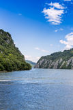 Spectaculaire mening die van de rivier van Donau door rotsachtige bergen vloeien Stock Afbeeldingen