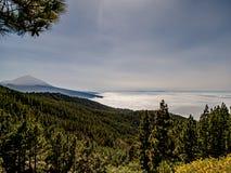Spectaculaire mening over de wolken aan de berg royalty-vrije stock afbeelding