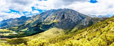 Spectaculaire mening van Franschhoek-Pas die langs Middagskransberg tussen Franschhoek en Villiersdorp in de Westelijke Kaap loop royalty-vrije stock foto
