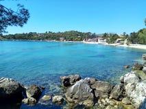 Spectaculaire mening van gemodelleerde Adriatische Overzeese en steenklippenbergen met pijnboombos in Dalmatië, Kroatië, Europa stock afbeeldingen