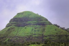 Spectaculaire mening van heuvel met weelderige groene vegetatie tegen een blauwe hemel royalty-vrije stock foto