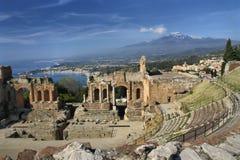 Spectaculaire mening van oude Taormina om Etna op te zetten stock afbeelding