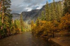 Spectaculaire meningen aan de Yosemite-waterval in Nationale Yosemite Royalty-vrije Stock Foto