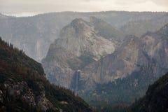 Spectaculaire meningen aan de Yosemite-waterval in Nationale Yosemite Stock Foto