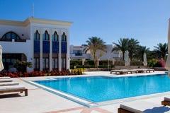 Spectaculaire mooie voorgevel van de Arabische hoteltoevlucht van de sjeik van sharmgr, met zwembad en groene bomen stock afbeelding