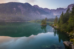 Spectaculaire, mooie zonsopgang over Lake Laghi Di Fusine stock afbeelding