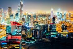 Spectaculaire nachthorizon: wolkenkrabbers van een grote moderne stad De stad in, Doubai Royalty-vrije Stock Foto
