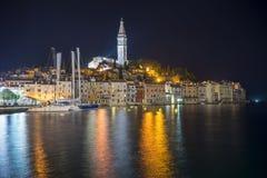Spectaculaire romantische oude stad van Rovinj bij avond Stock Foto
