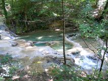Spectaculaire successie van blauwe watervalcascades stock foto