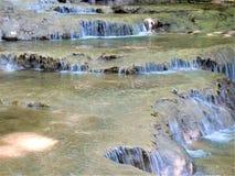 Spectaculaire successie van de cascades van de travertionwaterval stock foto's