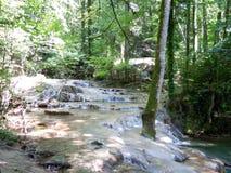 Spectaculaire successie van watervalcascades stock afbeelding