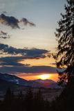 Spectaculaire zonsondergang in de Bergen van de Karpaten royalty-vrije stock foto
