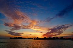 Spectaculaire zonsondergang in IJsselmeer, grote binnenoverzees Royalty-vrije Stock Afbeelding