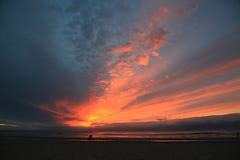 Spectaculaire zonsondergang op de Noordzee in Egmond aan Zee royalty-vrije stock fotografie