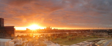 Spectaculaire zonsondergang over Perth CBD, Australië Stock Afbeelding