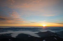 Spectaculaire zonsopgang in de Bergen Cheahlau van de Karpaten stock foto's