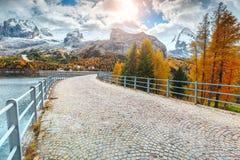 Spectacular pflasterte Straße und hohe schneebedeckte Berge, Dolomit, Italien, Europa Lizenzfreie Stockfotografie