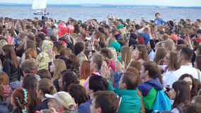 Spectateurs à un concert musical banque de vidéos