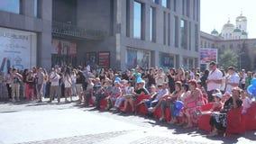 Spectateurs au concert sur la rue banque de vidéos
