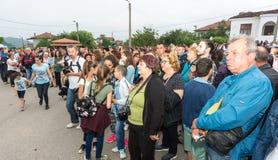Spectateurs d'un concert des performances amateurs rurales aux jeux de Nestenar dans le village de Bulgari, Bulgarie Photographie stock libre de droits