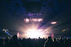 Spectateurs dans la grande salle de concert images stock