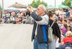 Spectateurs dans le village des Bulgares aux jeux de Nestenkar, Bulgarie Images stock