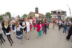 Spectateurs de danse aux jeux de Nestinar dans le village de Bulgari, Bulgarie Photographie stock