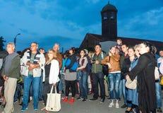 Spectateurs de la danse chaud-enroulée aux jeux de Nestinar dans le village de Bulgari, Bulgarie Photographie stock