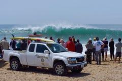 Spectateurs et maître nageurs observant le ressac énorme photos libres de droits