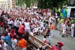 Spectateurs et participants de chemin avec des taureaux Photo stock