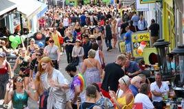 Spectateurs laissant le défilé de Brighton Pride image stock