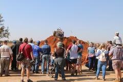 Spectateurs observant la colline raide croissante de voiture, donnant un coup de pied le sable Images libres de droits